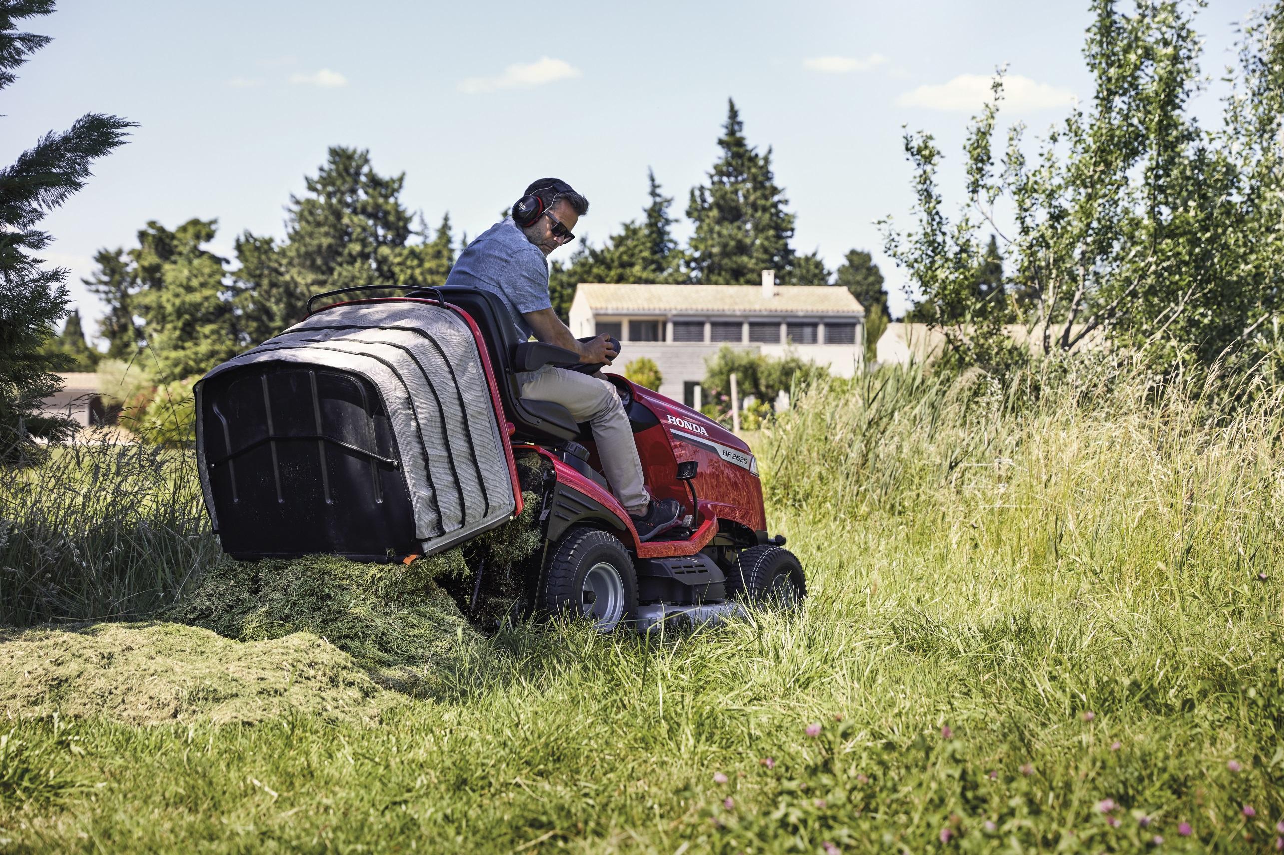 hf-ride-on-mower-model-dumping-grass-resize-jpg.jpg